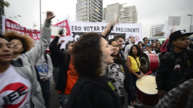 demonstrators take part in a national strike against a labour and social welfare reform bill that the government of president michel temer intends to... - gewerkschaft stock-videos und b-roll-filmmaterial