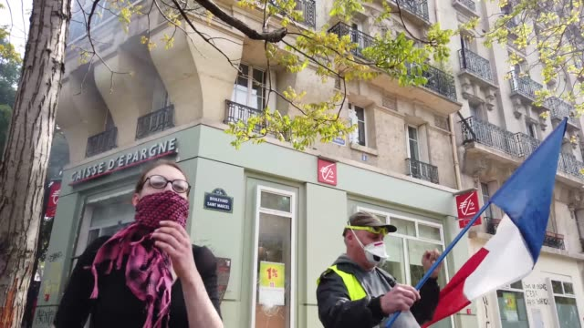 vídeos de stock, filmes e b-roll de demonstrators vandalise a bank as they take part in the annual may day protests on may 01 2019 on boulevard saintmarcel paris france more than 7400... - 1 de maio