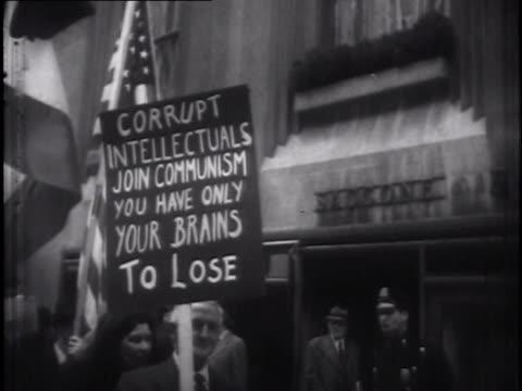 vídeos de stock e filmes b-roll de demonstrators with anti-communist placards - anticomunismo