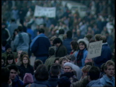 vídeos de stock e filmes b-roll de demos in prague; czechoslovakia: prague: tms huge crowd demos clapping and chanting tilt up gv ditto tcms old woman along clapping and chanting r-l... - república checa