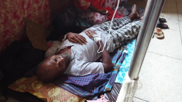 dengue fever patient receives treatment inside the 'shaheed suhrawardy' medical colleague hospital in dhaka, bangladesh. the public hospitals... - 網状点の映像素材/bロール