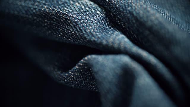 vidéos et rushes de gros plan de texture de matériau de denim. dolly shot - jeans texture