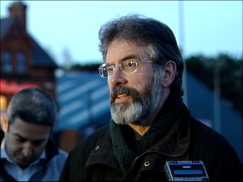 vídeos de stock e filmes b-roll de denis donaldson murdered; northern ireland: belfast: ext gerry adams along to press mics gerry adams speaking to press sot - clearly the people who... - província do ulster