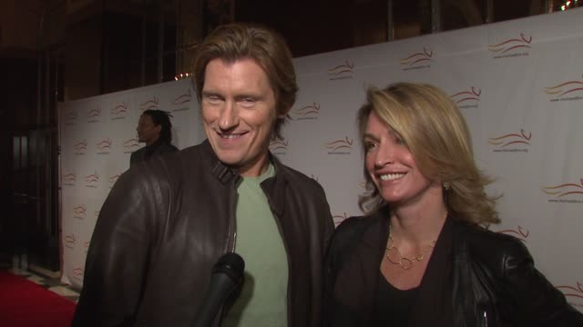 vídeos de stock, filmes e b-roll de denis leary and wife ann lembeck joking about finishing up rescue me and cohosting with oprah at the 'a funny thing happened on the way to cure... - rescue me