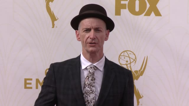 vidéos et rushes de denis o'hare at the 67th annual primetime emmy awards at microsoft theater on september 20, 2015 in los angeles, california. - annual primetime emmy awards