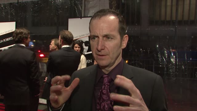 stockvideo's en b-roll-footage met denis o'hare on his role on working with julia roberts and clive owen and on the sophisticated tone of the film at the 'duplicity' new york premiere... - kleurtoon