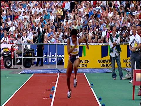 denise lewis women's long jump 2004 crystal palace athletics grand prix london - lanci e salti femminile video stock e b–roll