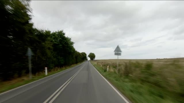 vidéos et rushes de danemark langeland xvii série synchronisée front view plaque de processus de conduite - colline