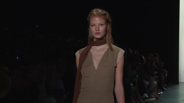 stockvideo's en b-roll-footage met clean dennis basso september 2016 new york fashion week at the arc skylight at moynihan station on september 13 2016 in new york city - moynihan station