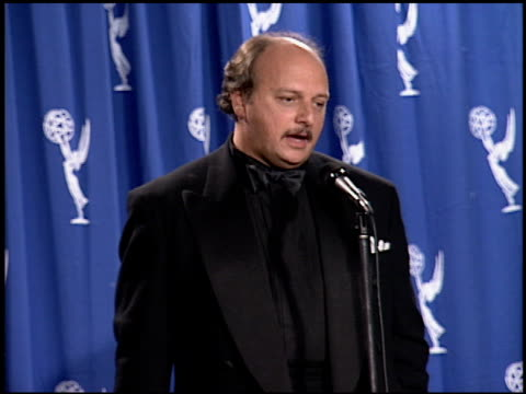 vídeos y material grabado en eventos de stock de dennis franz at the 1994 emmy awards press room at the pasadena civic auditorium in pasadena, california on september 11, 1994. - auditorio cívico de pasadena