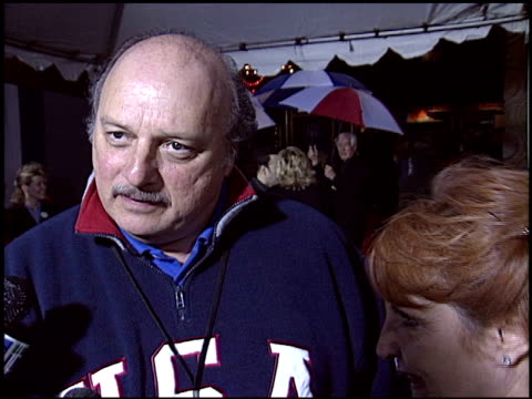 vídeos de stock e filmes b-roll de dennis franz at the 'miracle' premiere at the el capitan theatre in hollywood, california on february 2, 2004. - milagres