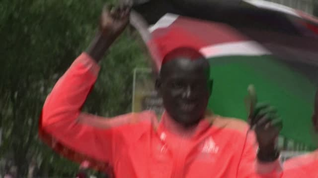stockvideo's en b-roll-footage met dennis kimetto received a heros welcome on his return to kenya following his world recordbreaking performance at the berlin marathon - recordbrekend