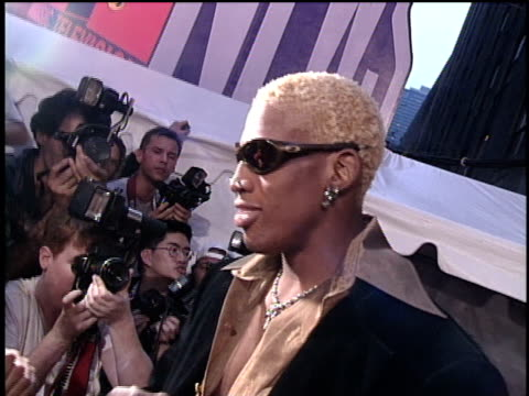 vídeos de stock, filmes e b-roll de dennis rodman arriving at the 1996 video music awards - 1996
