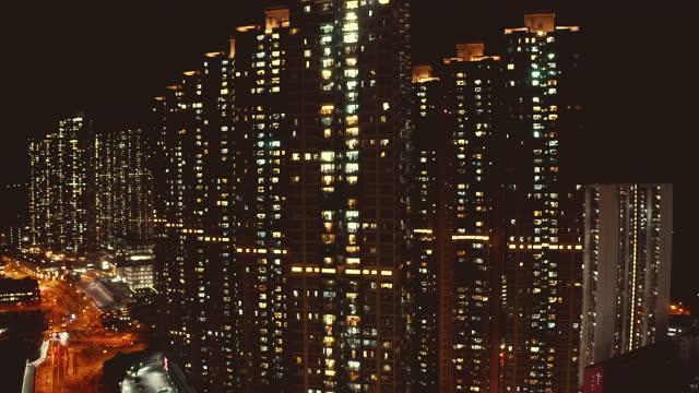vidéos et rushes de complexe résidentiel densément peuplé à hong kong - plat