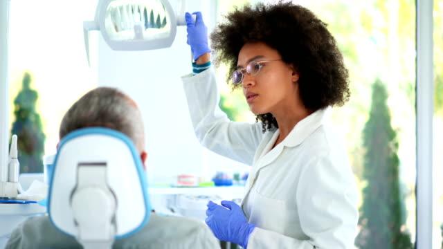 vídeos de stock, filmes e b-roll de procedimento de molde dentário - dentista