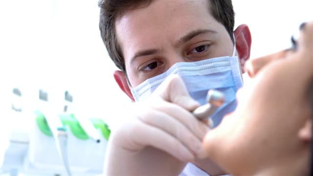 vídeos de stock, filmes e b-roll de procedimento odontológico na clínica - higiene
