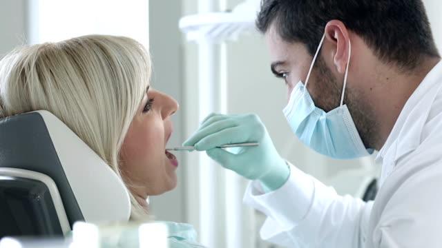 vídeos de stock, filmes e b-roll de procedimento de dentista - dentista