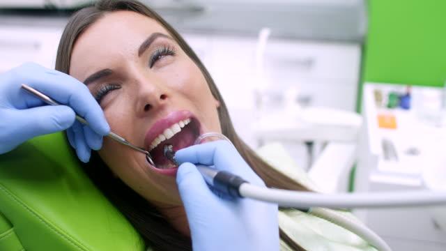 vídeos de stock e filmes b-roll de procedimento de dentista - higiene dental