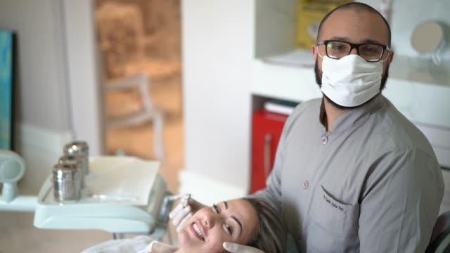 vídeos de stock, filmes e b-roll de dentista e paciente em um consultório de dentista - retrato - saúde dental