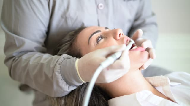 vídeos de stock, filmes e b-roll de dentista e paciente em um consultório de dentista - dentista
