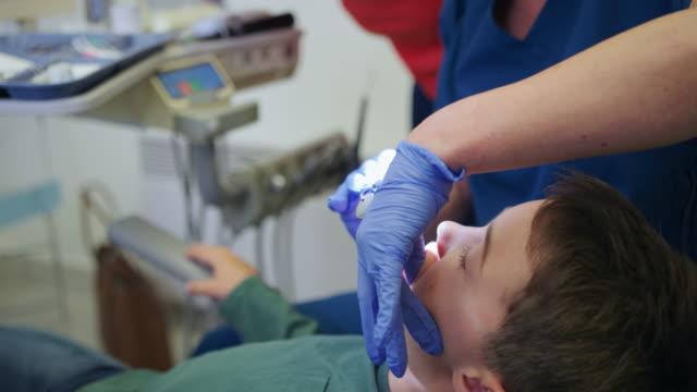 vidéos et rushes de dentist appointment - vêtements professionnels hospitaliers