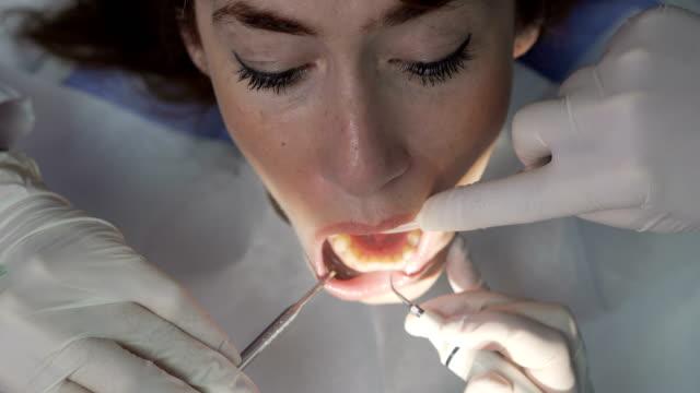 Zahnarzt bei der Arbeit mit Patienten
