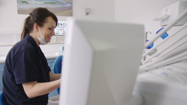 vídeos de stock e filmes b-roll de dentist discussing test results with patient - dentista