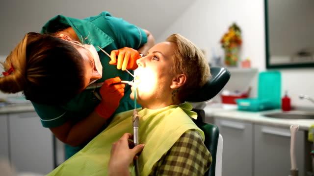 Zahnarzt Zähne des Patienten in der Zahnarzt untersuchen.
