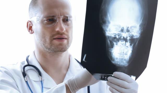 zahnarzt untersuchen röntgenbild - schutzbrille freisteller stock-videos und b-roll-filmmaterial