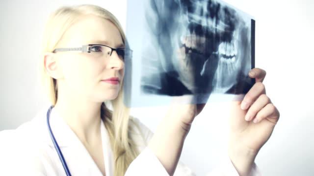 Zahnarzt untersuchen Röntgenbild