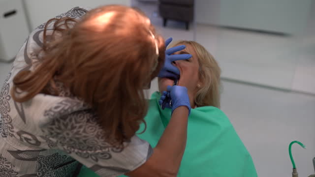 zahnarzt extraktion den zahndeswirndes patienten. - entfernen stock-videos und b-roll-filmmaterial