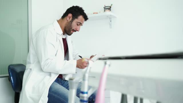 vidéos et rushes de dentiste dans le cabinet dentaire - cabinet médical