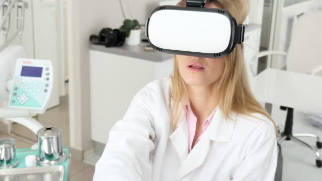 vídeos de stock, filmes e b-roll de dentista, usando óculos virtuais - saúde dental