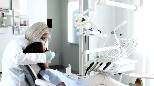 zahnarzt - schutzhandschuh stock-videos und b-roll-filmmaterial