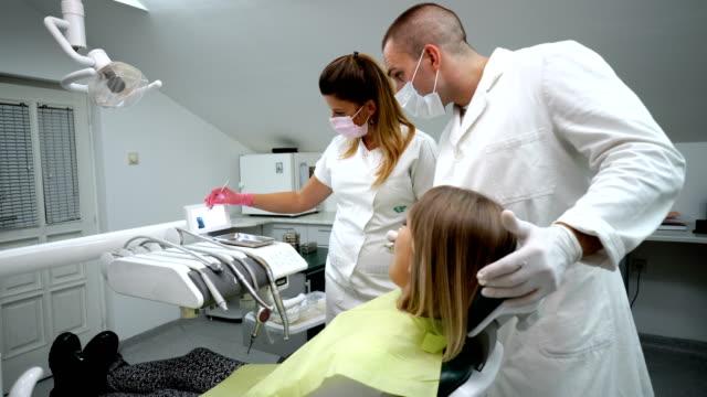 vidéos et rushes de dentistes, expliquant l'image radiographique au patient - masque de protection