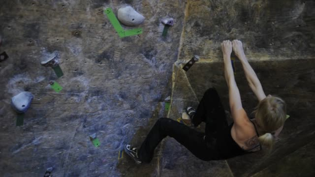 denver bouldering club is a place for denverites to learn to boulder and practice year round, bouldering forgoes the ropes and harnesses of... - rock climbing stock videos & royalty-free footage