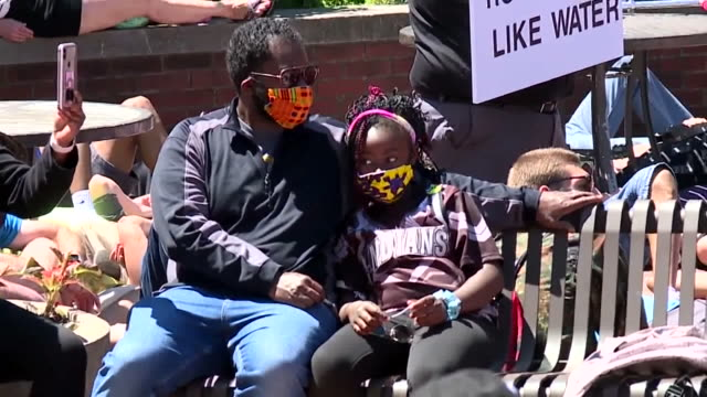 vidéos et rushes de denver, co, u.s. - protestors lying down in front of city market building at george floyd protest on sunday, may 31, 2020. - être étendu