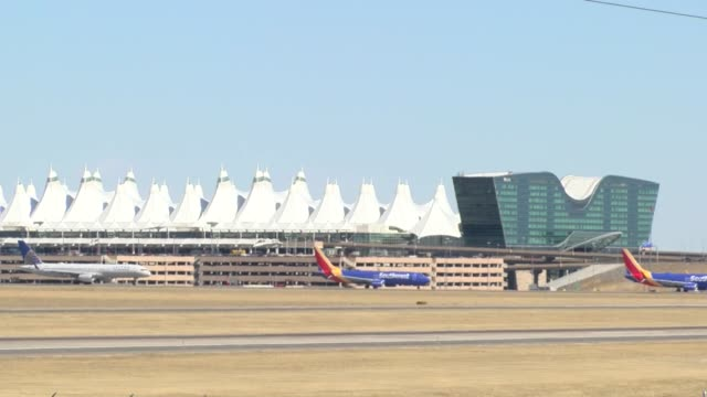 stockvideo's en b-roll-footage met denver international airport flights were backed up because of high winds and takeoffs and landings going west into the wind. main airlines affected... - dia