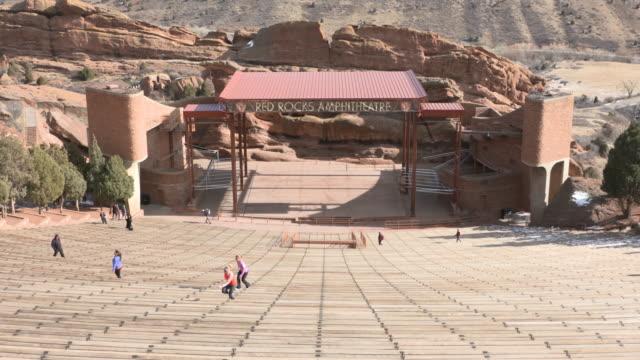 vídeos y material grabado en eventos de stock de denver red rocks amphitheater in winter shot in uhd on sony fs7 - red rocks