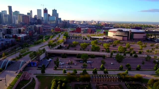 denver skyline/cherry creek bike path - コロラド州点の映像素材/bロール