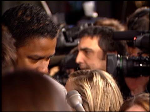 vídeos y material grabado en eventos de stock de denzel washington at the premiere of 'the hurricane' at the mann village theatre in westwood, california on december 14, 1999. - mann village theatre