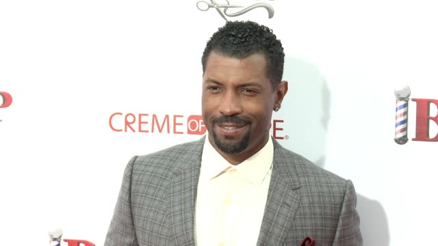 stockvideo's en b-roll-footage met deon cole at barbershop the next cut los angeles premiere at tcl chinese theatre on april 06 2016 in hollywood california - tcl chinese theatre