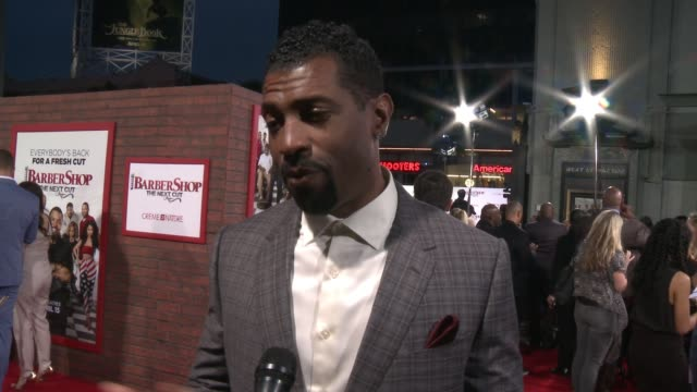 stockvideo's en b-roll-footage met interview deon cole on why joining this franchise was a dream come true what it was like working with the cast talks about his character and what it... - tcl chinese theatre