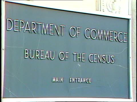 "department of commerce - bureau of the census"" sign in front of u.s. census bureau in suitland, maryland; adult caucasian woman exits suitland... - 国勢調査点の映像素材/bロール"