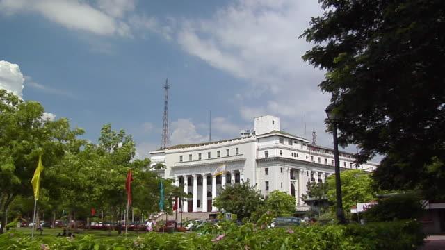 vidéos et rushes de ws, pan, department of tourism and sentinel of freedom statue, rizal park, manila, philippines - style néoclassique