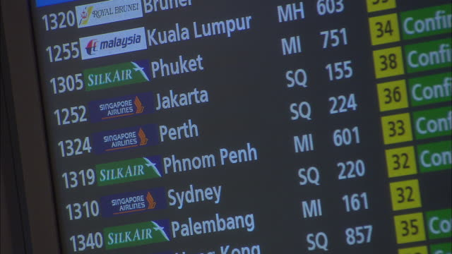 vídeos y material grabado en eventos de stock de cu, td, departure board at singapore changi airport, singapore - tabla de llegadas y salidas
