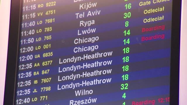 departure display at airport - informationsskylt bildbanksvideor och videomaterial från bakom kulisserna