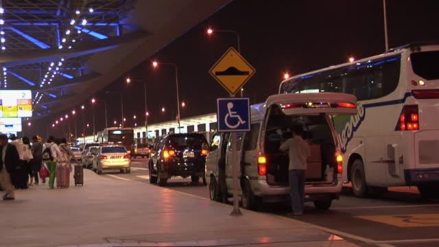 ws departure level at new suvarnabhumi international airport at night / bangkok, thailand - tecnologia assistiva video stock e b–roll