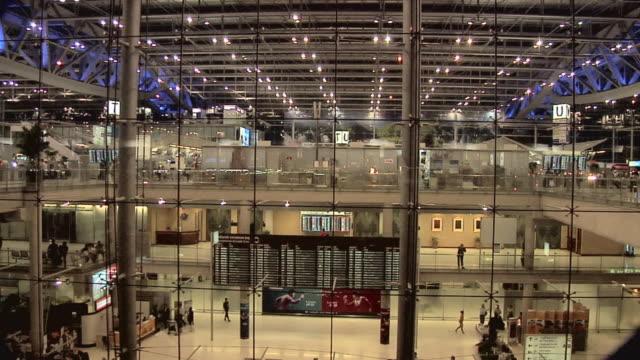 vídeos de stock, filmes e b-roll de ws departure level at new suvarnabhumi international airport / bangkok, thailand - locais geográficos