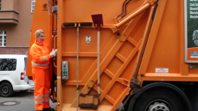 departure of federal minister franziska giffey in orange workwear of the bsr on a garbage truck to the meeting with female garbage collectors at the... - 国際女性デー点の映像素材/bロール